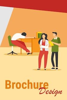 Zwei büroangestellte schauen schläfrige kollegen an. erschöpfter mitarbeiter, der an der flachen vektorillustration des arbeitsplatzes schläft. fauler arbeiter, burnout-konzept