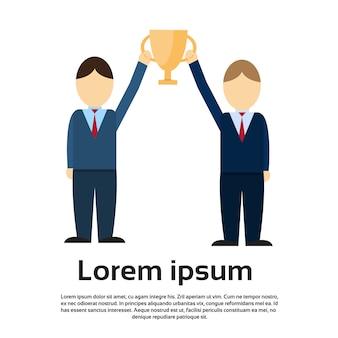 Zwei business man erhalten preisträger cup, teamwork-erfolg