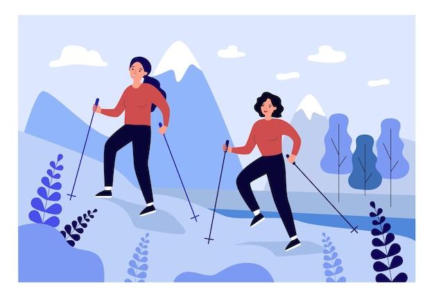 Zwei cartoon-frauen nordic walking in den bergen. weibliche charaktere, die mit flacher vektorillustration der trekkingstöcke wandern. sport, gesunder lebensstil, outdoor-aktivitätskonzept für banner oder landing page
