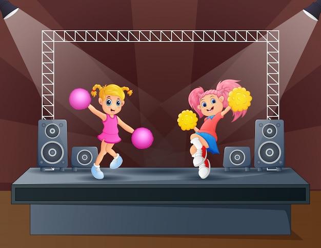 Zwei cheerleader treten auf der bühne auf