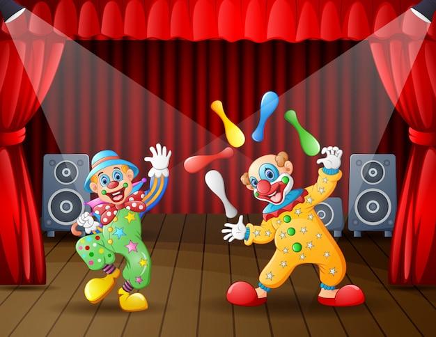 Zwei clownattraktionen auf der bühne