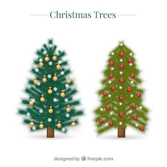 Zwei dekorative weihnachtsbäume im realistischen stil