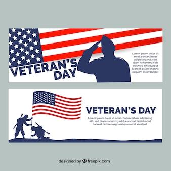 Zwei fahnen mit soldaten aus den vereinigten staaten für veteranen-tag