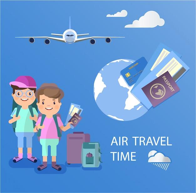 Zwei flugreisende mit einem koffer hält in seinen händen und einem reisepass