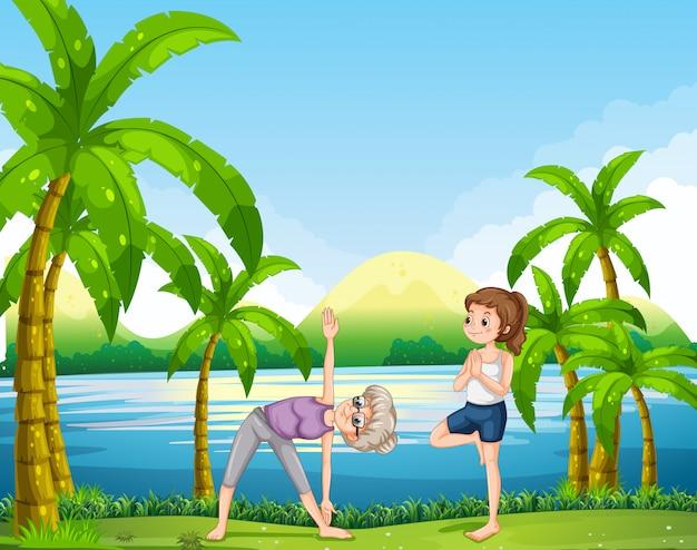 Zwei frauen, die yoga im park tun