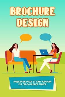 Zwei freunde reden, sitzen und benutzen den laptop. sprechblase, stuhl, flache computervektorillustration