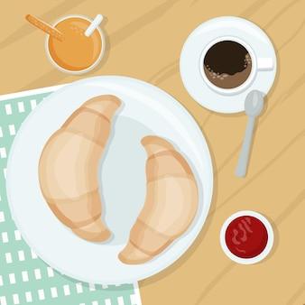 Zwei frisch gebackene croissants auf einem teller eine tasse schwarzer kaffee, orangensaft und erdbeere warten