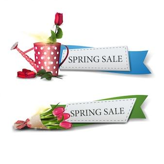 Zwei frühlingsverkaufsfahnen mit blumenstrauß der tulpen und stiegen