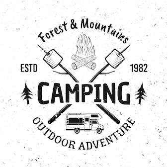 Zwei gekreuzte stöcke mit marshmallow- und campingwagen-vektor-vintage-emblem, etikett, abzeichen oder logo einzeln auf weißem hintergrund