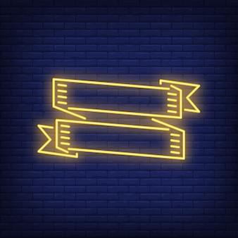 Zwei gelbe bandfahnen auf ziegelsteinhintergrund. neon-stil