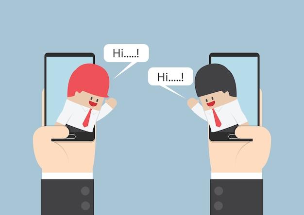 Zwei geschäftsmänner teilen sich auf smartphone mit spracheblase