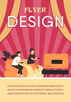 Zwei glückliche aufgeregte jugendlich kinder, die auf sofa am fernsehen mit gamepads sitzen und videospiel spielen