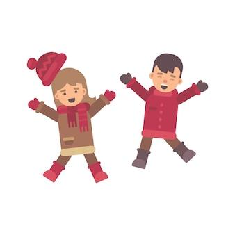 Zwei glückliche kinder beim winterkleidungsspringen