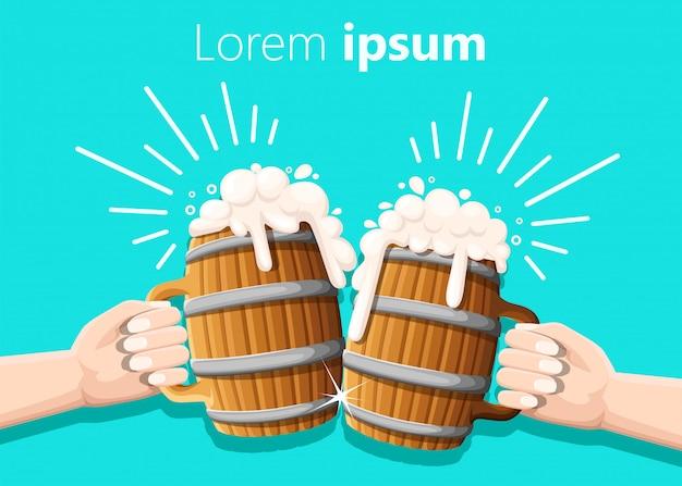 Zwei hände, die bier im hölzernen becher mit eisenringen halten. konzept des bierfestivals. abbildung auf türkis. klopfeffekt