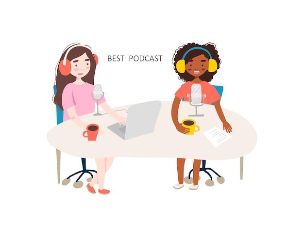 Zwei junge frauen machen podcast