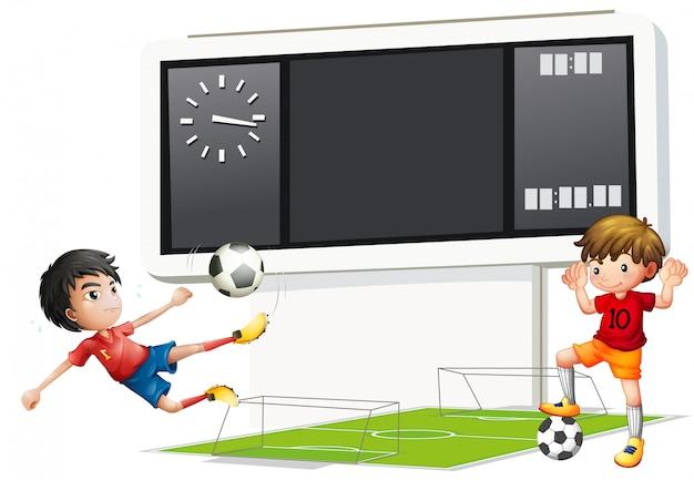 Zwei jungen, die fußball mit einer anzeigetafel spielen