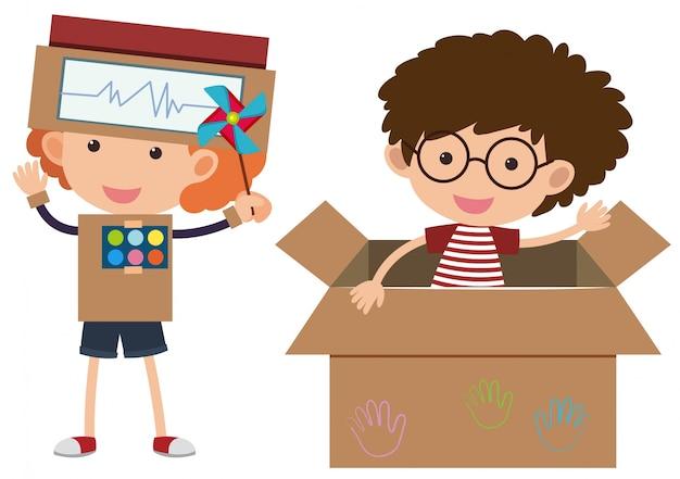 Zwei jungs mit kostümen aus pappkarton