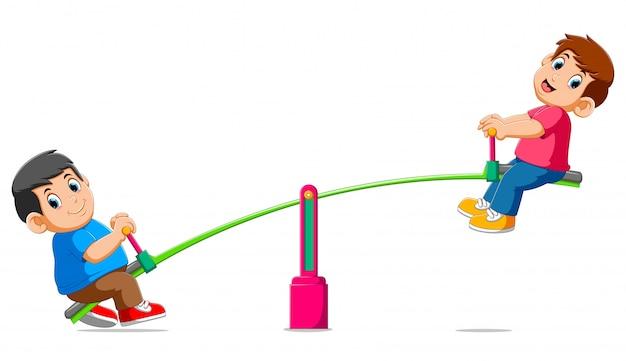 Zwei jungs spielen auf wippe