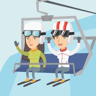 Zwei kaukasische skifahrer, die kabelbahn am skiort verwenden.