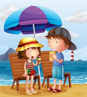 Zwei kinder am strand in der nähe der holzstühle