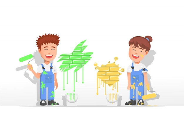 Zwei kinder, die beim malen von wänden lächeln