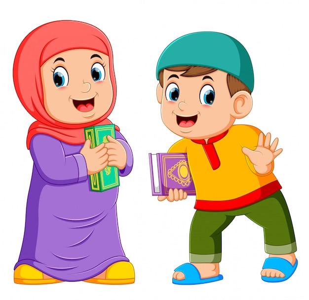 Zwei kinder, die den heiligen quran halten