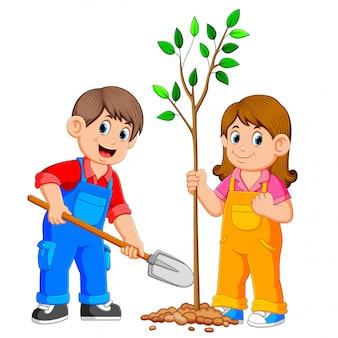 Zwei kinder, die einen baum pflanzen