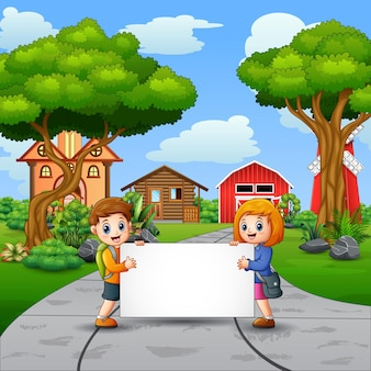 Zwei kinder, die leeres zeichen im ländlichen hintergrund halten