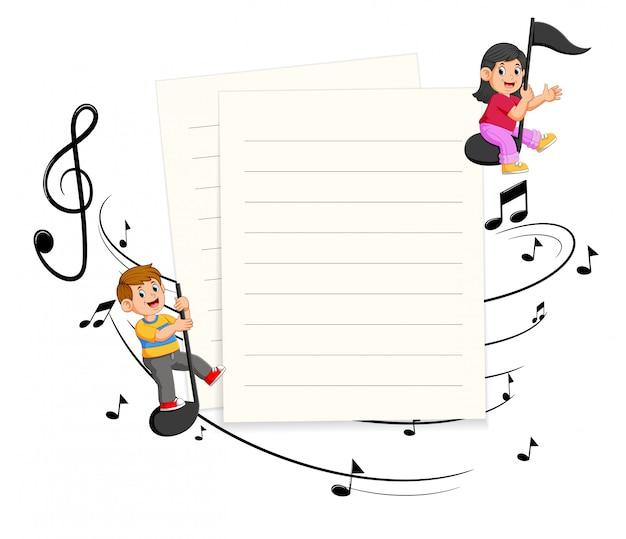 Zwei kinder, die musikanmerkungen mit leerem papierhintergrund reiten