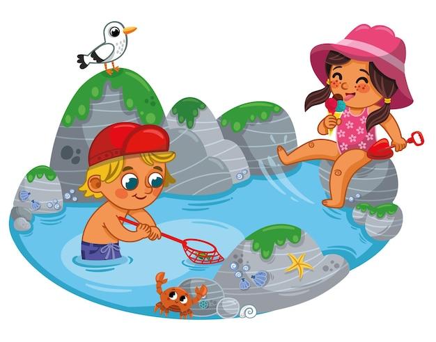 Zwei kinder, ein junge und ein mädchen, amüsieren sich am strand kinder sommerferien