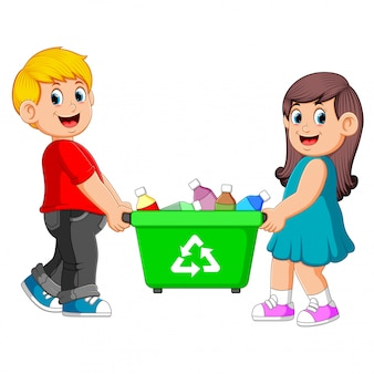 Zwei kinder führen den papierkorb weiter