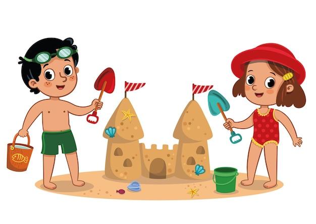 Zwei kinder haben spaß mit einer sandburg am strand