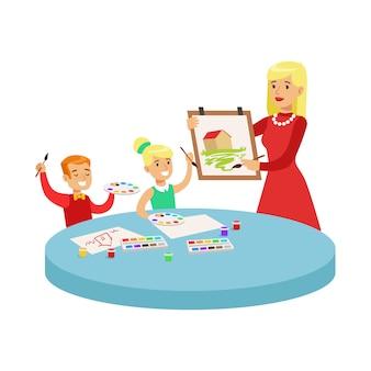 Zwei kinder in der kunstklasse, die cartoon-illustration mit grundschulkindern und ihrem lehrer in der kreativitätsstunde zeichnet