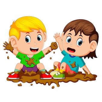 Zwei kinder spielen im schlamm
