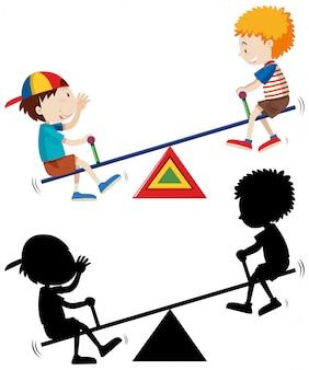 Zwei kinder spielen wippe mit seiner silhouette