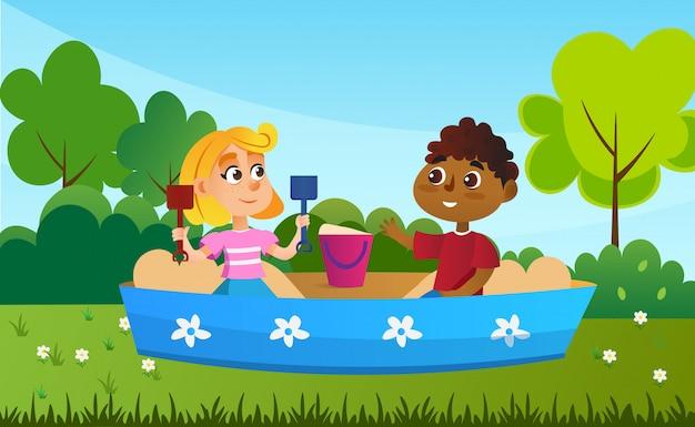 Zwei kinderfreunde, die zusammen in der sandgrube spielen.