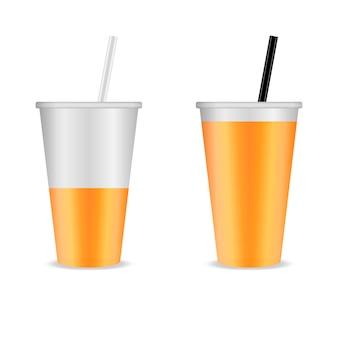 Zwei klare plastikbecher mit röhrchen mit orangensaft