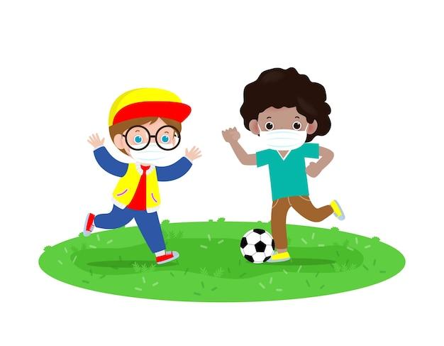 Zwei kleine jungen, die gesichtsmaske tragen, die fußball auf neuem normalem lebensstilkonzept spielen. kinder, die fußball spielen und chirurgisch schützen, schützen coronavirus 2019-ncov