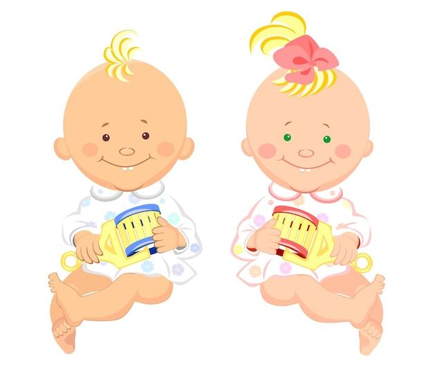 Zwei kleine kinder mit einer rassel in den händen sitzen und lächeln