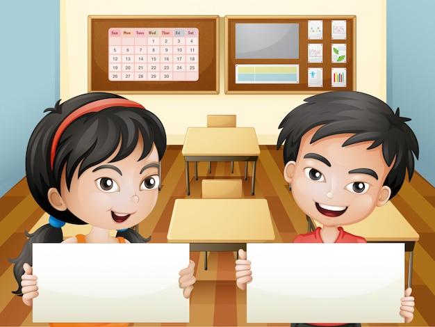 Zwei lächelnde jugendliche mit leeren signages