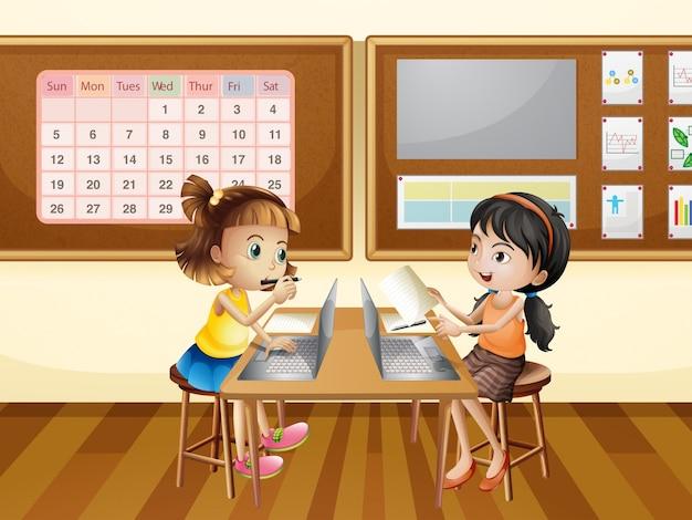 Zwei mädchen, die an computer im klassenzimmer arbeiten