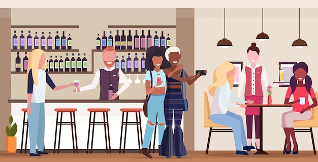 Zwei mädchen, die ein selfie-foto auf einer smartphone-kamera machen, mischen rennen-leute, die sich in der bar entspannen, trinken cocktails barmann und kellnerin, die kunden modernes café-interieur horizontal in voller länge dienen