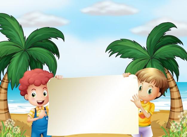 Zwei männliche kinder, die ein leeres schild halten