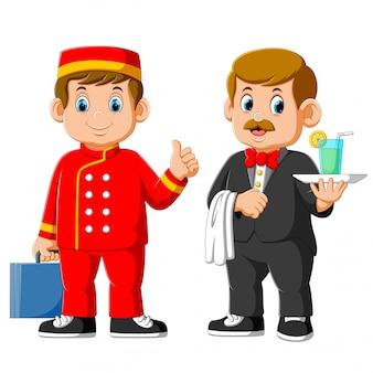 Zwei mann des hotelpersonals tragen uniform, kellner und empfangsdame