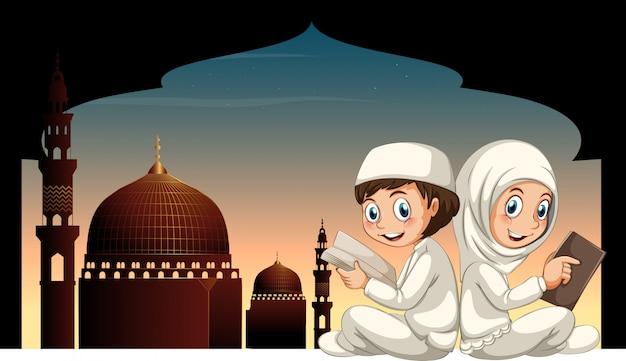 Zwei moslemische kinder, die buch mit moscheehintergrund lesen