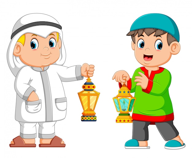Zwei moslemischer mann, der laterne hält