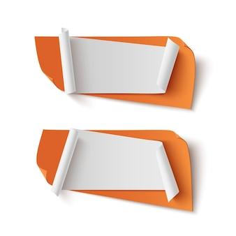 Zwei orange, abstrakte, leere fahnen lokalisiert auf weißem hintergrund.