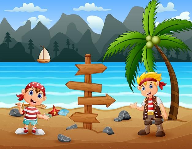 Zwei piratenkinder am strand