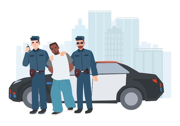 Zwei polizisten in uniform stehen in der nähe eines polizeiautos mit gefangenem kriminellem gegen stadtgebäude im hintergrund. festgenommener dieb, eskortiert von zwei polizisten. zeichentrickfiguren. bunte vektorillustration.