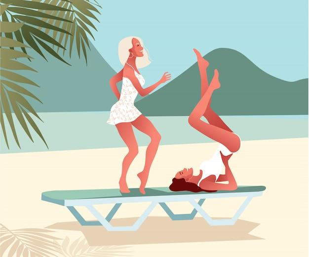 Zwei sexy junge mädchen tanzen am strand. weibliche charaktere in der nähe des meeres. flache artillustration.